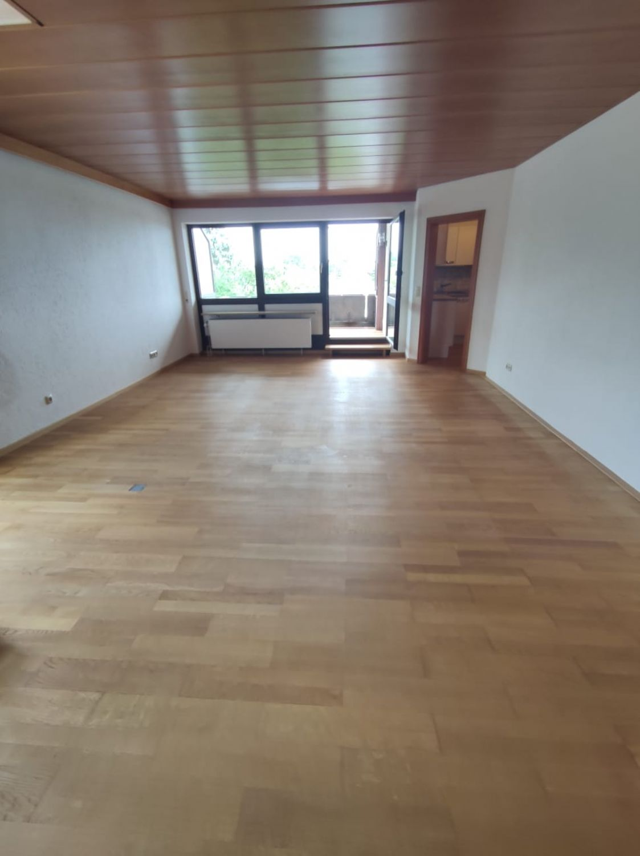 Blick vom Esszimmer ins Wohnzimmer