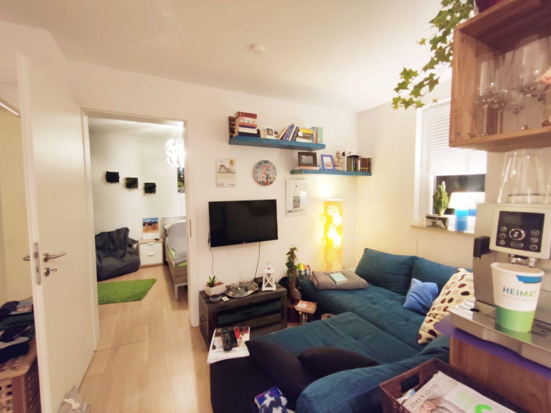 Blick von Kochecke in Wohnbereich und Schlafzimmer