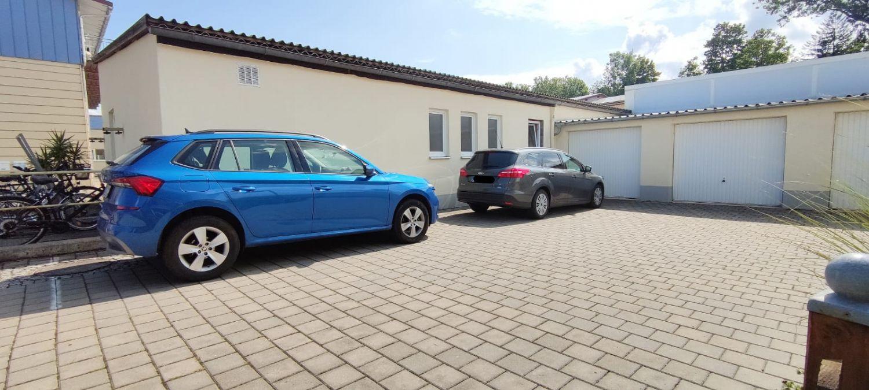 Garage und Stellplatz (blaues Auto)